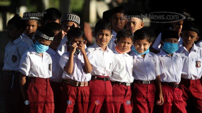 SKB 3 Menteri Larang Sekolah Atur Seragam Kekhususan Agama, Madrasah dan Aceh Dapat Pengecualian