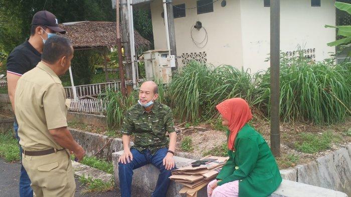 """Temui Nek Sutinem, Bupati Aceh Tamiang Nekat """"Nongkrong"""" di Jalan Selepas Subuh"""
