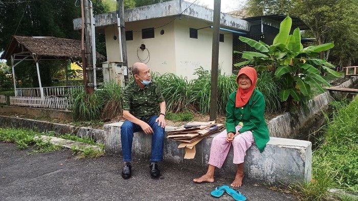 Ingin Temui Nek Sutinem, Bupati Aceh Tamiang Sengaja 'Nongkrong' di Pinggir Jalan Selepas Subuh
