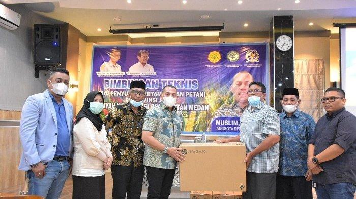 Anggota Komisi IV DPR RI Serahkan Bantuan untuk 14 Kepala Badan Penyuluh Pertanian 4 Daerah di Aceh