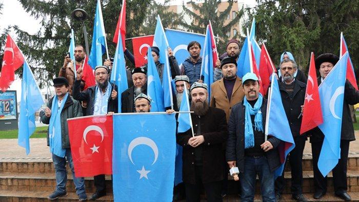 Kelompok Muslim Uighur yang terdiri dari 18 orang datang dari Istanbul ke Ankara untuk menarik perhatian masyarakat internasional terhadap aksi pelanggaran hak asasi manusia terhadap orang-orang Uighur, di China.