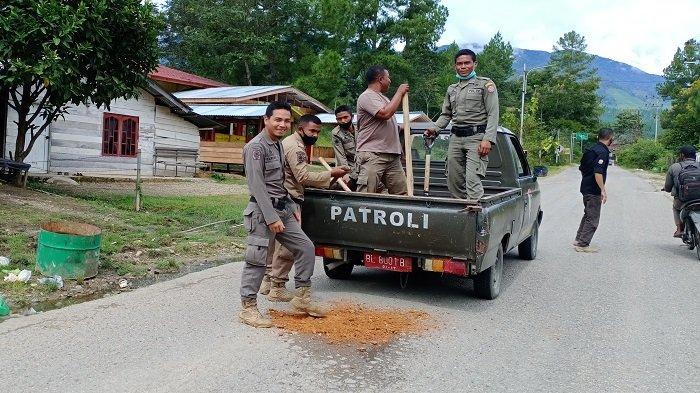 Peduli Keselamatan Pengguna Jalan, Personel Satpol-PP Gayo Lues Tambal Jalan Berlubang