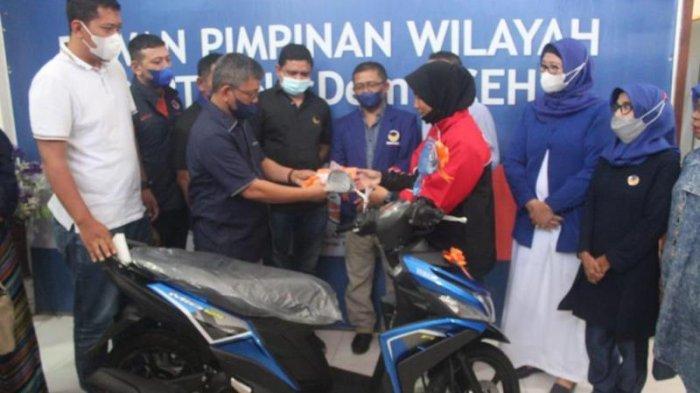 Ketua DPW NasDem Aceh Serah Sepmor untuk Atlet Muay Thay Aceh Peraih Emas, Sepeda untuk Peraih Perak