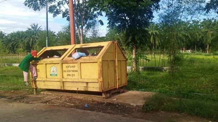 Salut! Nenek Ini Rela Panjat Kontainer Sampah Setiap Hari untuk Bertahan Hidup Ketimbang Mengemis