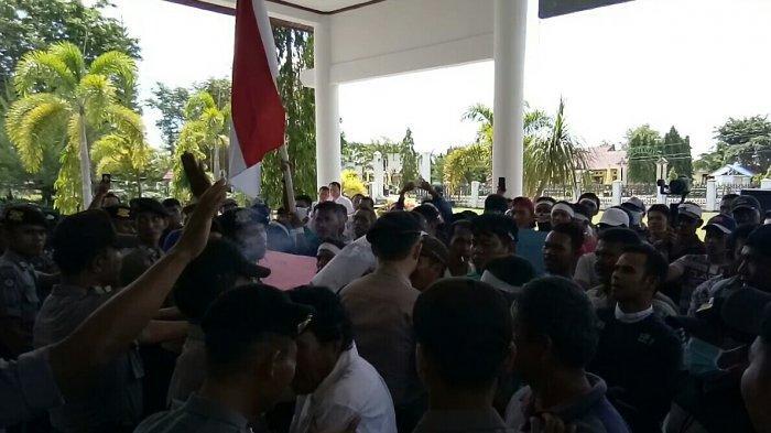 Nelayan Pendemo Berusaha Masuk ke Gedung DPRK Aceh Singkil, Sempat Dorong-dorongan dengan Polisi