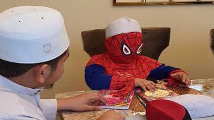 Bocah Ini Belajar Mengaji Pakai Kostum Spiderman Lengkap Pakai Peci, Ini Penjelasan Sang Ayah