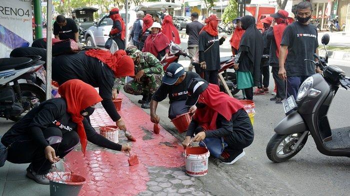 Bangkitkan Semangat Gotong Royong, Komunitas Meulaboh 91 Lakukan Pengecatan Trotoar