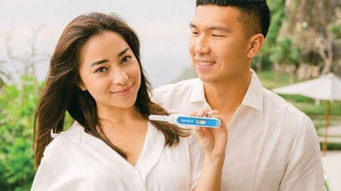 Beri Kabar Bahagia Lewat Instagram, Nikita Willy dan Suami Tersenyum Saat Tunjukkan Test Pack