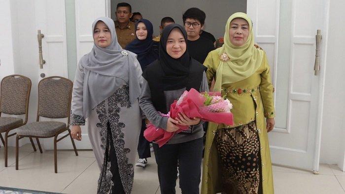 Nissa Sabyan 'Hipnotis' Puluhan Ribu Warga di Lapangan Blangpadang Banda Aceh