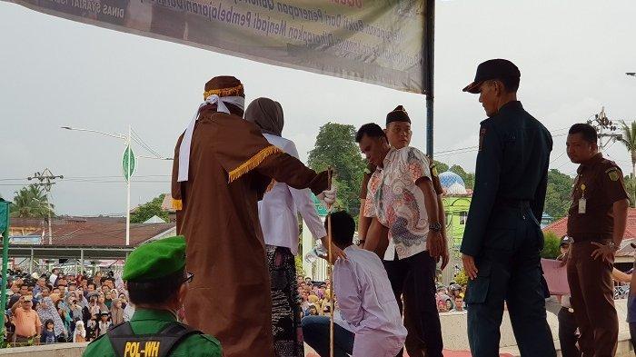 Empat Pelaku Mesum di Simeulue Dicambuk 96 Kali, Seorang Pelaku Nyaris Tumbang