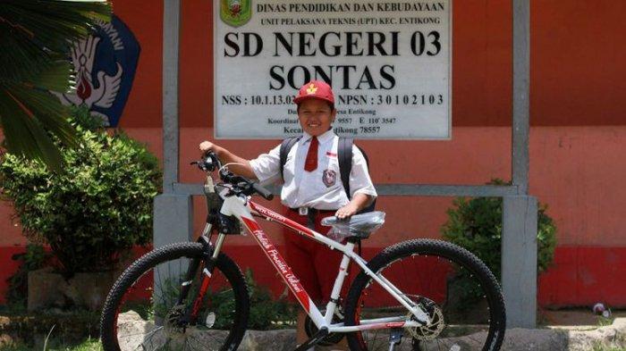 Nursaka Berangkat Sekolah Lewati 2 Negara, Bocah SD Pelintas Batas Ini Dapat Sepeda dari Jokowi