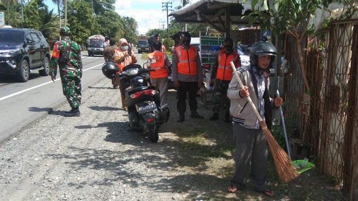 Warga tak Pakai Masker Kena Sanksi Menyapu Jalan di Nagan Raya