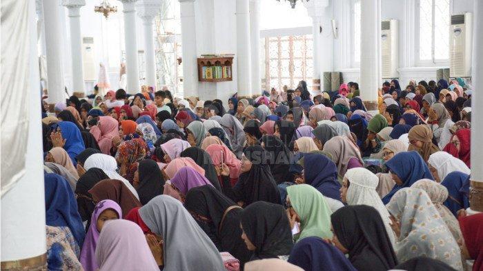 FOTO-FOTO: Oki Setiana Dewi Dikerumuni Fans Usai Safari Ramadhan di Banda Aceh - oki-4.jpg
