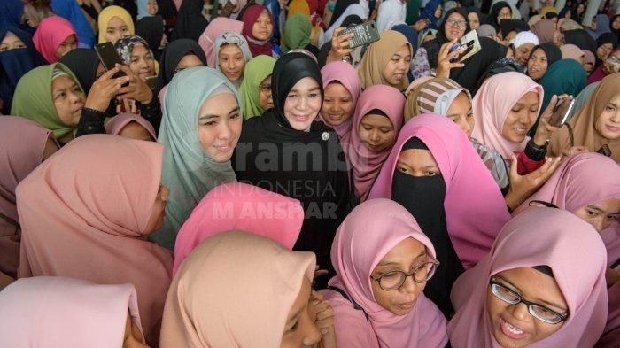 FOTO-FOTO: Oki Setiana Dewi Dikerumuni Fans Usai Safari Ramadhan di Banda Aceh - oki1.jpg