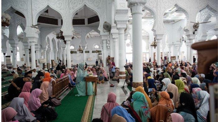 FOTO-FOTO: Oki Setiana Dewi Dikerumuni Fans Usai Safari Ramadhan di Banda Aceh - oki2.jpg