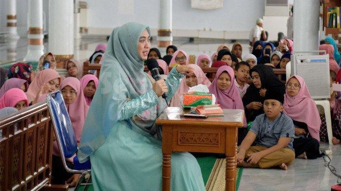 FOTO-FOTO: Oki Setiana Dewi Dikerumuni Fans Usai Safari Ramadhan di Banda Aceh - oki3.jpg