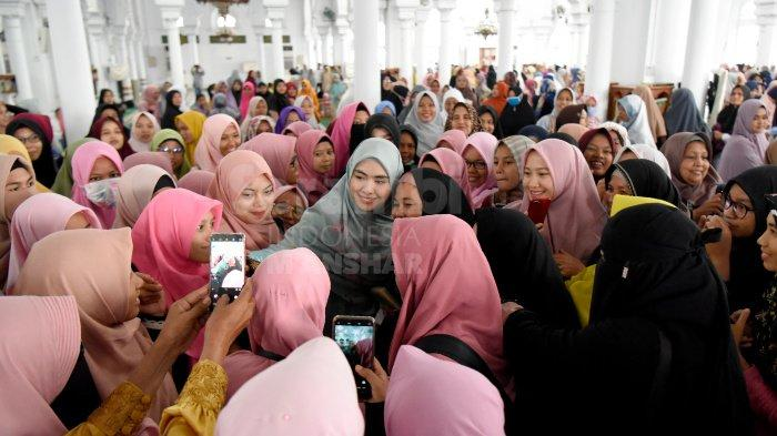 FOTO-FOTO: Oki Setiana Dewi Dikerumuni Fans Usai Safari Ramadhan di Banda Aceh - oki5.jpg