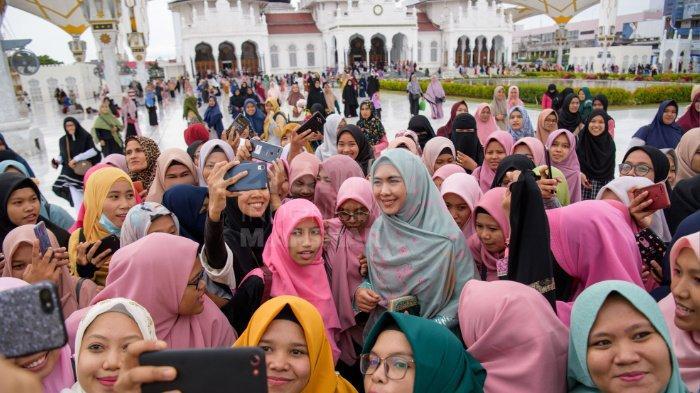 FOTO-FOTO: Oki Setiana Dewi Dikerumuni Fans Usai Safari Ramadhan di Banda Aceh - oki6.jpg