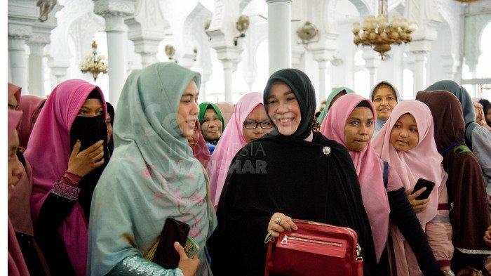 FOTO-FOTO: Oki Setiana Dewi Dikerumuni Fans Usai Safari Ramadhan di Banda Aceh - oki8.jpg
