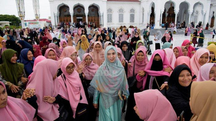 FOTO-FOTO: Oki Setiana Dewi Dikerumuni Fans Usai Safari Ramadhan di Banda Aceh - oki9.jpg