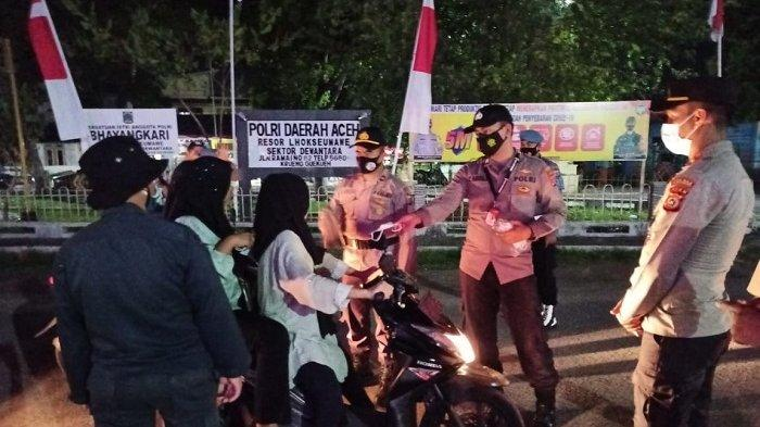 Gelar Operasi Yustisi di Krueng Geukueh, Polsek Dewantara Bagikan Masker ke Pelanggar Protkes