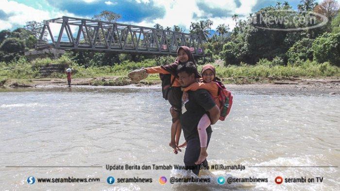 FOTO - Potret Pendidikan Di Aceh Besar, Bertaruh Nyawa Menyeberangi Sungai Demi Menuntut Ilmu - orang-tua-menggendong-anak-mereka.jpg