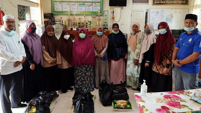 MTsN 1 Model Banda Aceh Santuni Orang Tua Siswanya yang Kurang Mampu