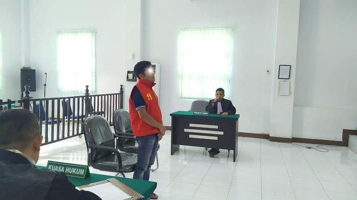 Majelis hakim Mahkamah Syar'iyah Jantho memvonis DP selama 200 bulan (16,6 tahun) kurungan dikurangi masa tahanan, Selasa (30/3/2021) siang. Pria lajang yang bermukim di Aceh Besar ini terbukti secara sah dan meyakinkan memerkosa ponakannya yang masih di bawah umur pada Agustus 2020 di sebuah desa dalam wilayah hukum Aceh Besar.