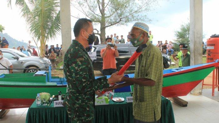 Mewakili Pangdam IM,Danrem 012/TU Serahkan Boat Kepada Orang Tua Alm Prada Asma'ul Rasyid