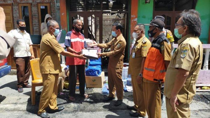 Pemerintah Kota Banda Aceh Serahkan Bantuan Masa Panik pada Korban Kebakaran di Sukaramai