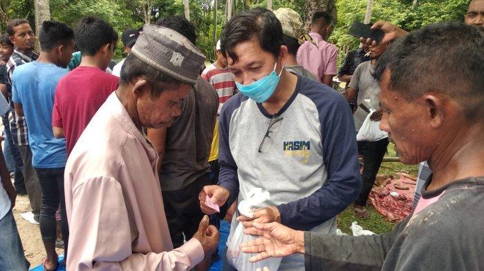 Pengurus DPD HA IPB Aceh menyerahkan daging kurban kepada warga di tiga gampong di Kecamatan Seulimeum, Kabupaten Aceh Besar, Selasa (20/7/2021).
