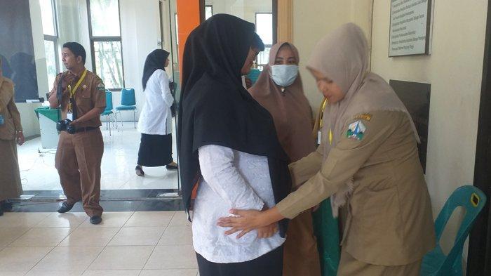 Pelamar CPNS Bireuen Sebelum Masuk Ruangan Ujian Wajib Registrasi Ulang dan Diperiksa Badan