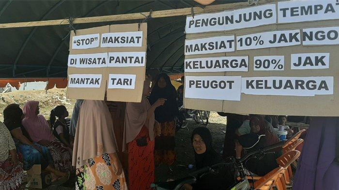 Ratusan Emak-Emak Blokir Pantai Mantak Tari, Dirikan Tenda di Dua Jalan Masuk, Ini Alasannya