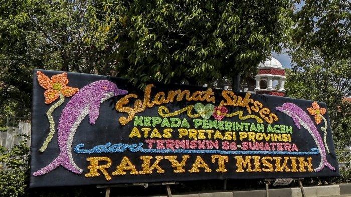 FOTO - Papan Bunga Ucapan Selamat Aceh Sebagai Provinsi Termiskin di Depan Kantor Gubernur - papan-bunga-1.jpg