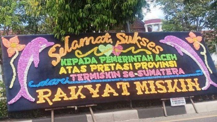 FOTO - Papan Bunga Ucapan Selamat Aceh Sebagai Provinsi Termiskin di Depan Kantor Gubernur - papan-bunga-ucapan-selamat-kepada-pemerintah-aceh-dalam-menurunkan-angka-kemiskinan.jpg