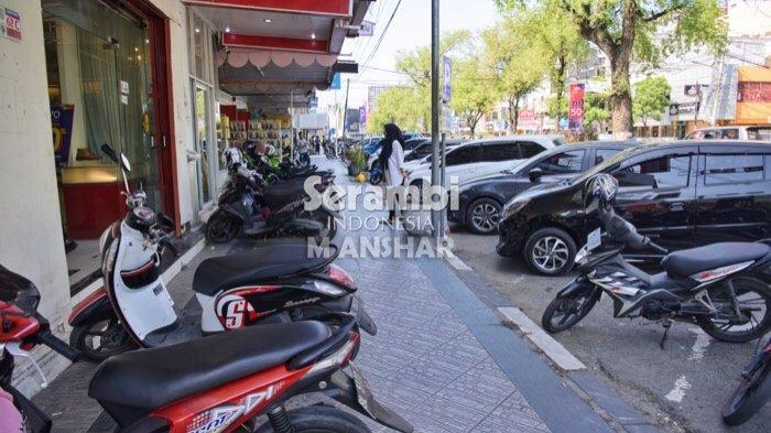 FOTO- FOTO: Puluhan Kendaraan Roda Dua Parkir di Jalur Pedestrian Jalan T Panglima Polem Banda Aceh - parkir-di-trotoar1.jpg