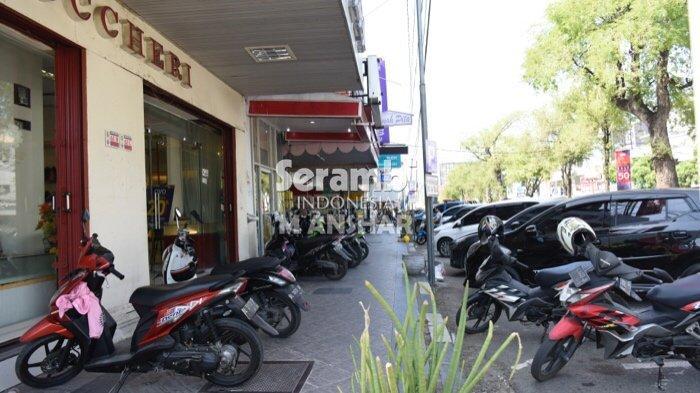 FOTO- FOTO: Puluhan Kendaraan Roda Dua Parkir di Jalur Pedestrian Jalan T Panglima Polem Banda Aceh - parkir3.jpg