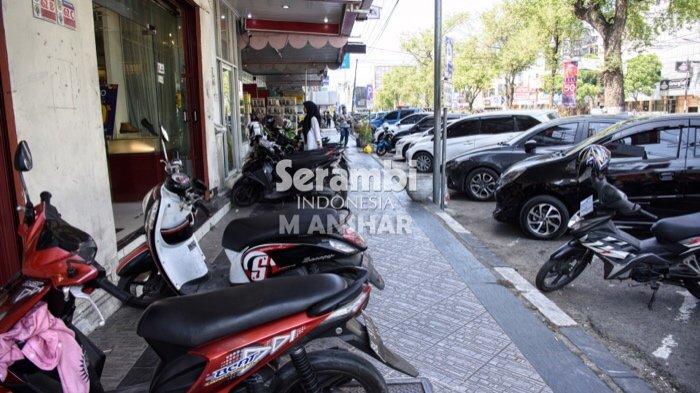 FOTO- FOTO: Puluhan Kendaraan Roda Dua Parkir di Jalur Pedestrian Jalan T Panglima Polem Banda Aceh - parkir4.jpg