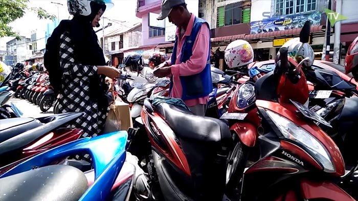 VIDEO - Jika Tidak Minta Kembalian, Parkir Sepeda Motor di Pasar Aceh Rp 2.000