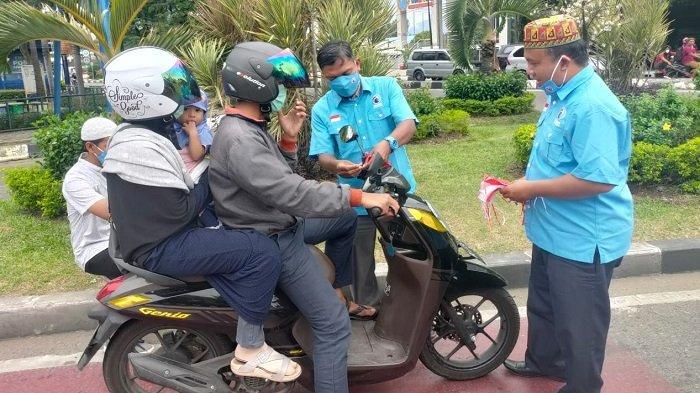 Sambut HUT 76 RI, Partai Gelora Aceh Bagikan Bendera Merah Putih untuk Pengguna Jalan