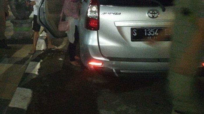 Sepasang Muda-mudi Digerebek di dalam Mobil Bergoyang, Ditemukan Banyak Tisu dan Kondom Bekas Pakai