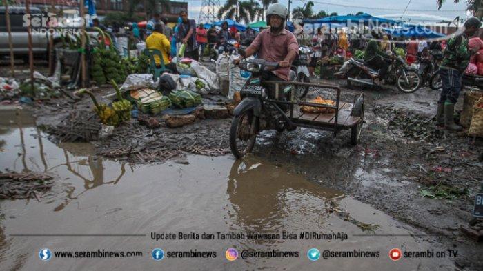 FOTO - Wajah Pasar Induk Lambaro Ketika Musim Hujan, Pedagang Berjualan Diantara Kubangan Lumpur - pasar-induk-lambaro-becek-2.jpg