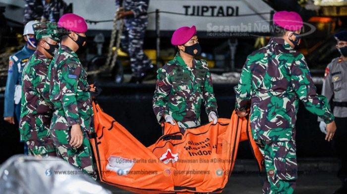 FOTO - Hari Ke-6 Pencarian Korban Sriwijaya Air SJ 182, Cockpit Voice Recorder (CVR) Belum Ditemukan - pasukan-dari-tni-al-mengangkat-kantong-jenazah.jpg