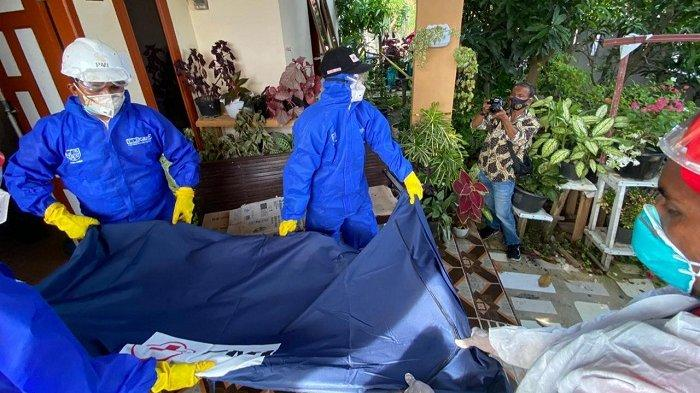 Polisi bersama relawan PMI Pidie Jaya melakukan evakuasi jasad pasutri penjual peci yang ditemukan meninggal di kamar rumahnya di Gampong Meunasah Balek, Kecamatan Meureudu, Selasa (8/12/2020).