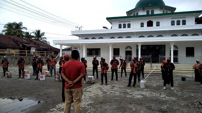 Sambut Ramadhan, PC SAPMA PP Abdya Semprot Disinfektan dan Bersihkan Masjid