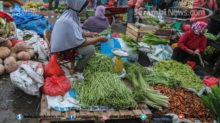 FOTO - Wajah Pasar Induk Lambaro Ketika Musim Hujan, Pedagang Berjualan Diantara Kubangan Lumpur - pedagang-berjualan-diantara-becek.jpg
