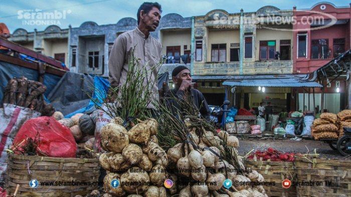 FOTO - Wajah Pasar Induk Lambaro Ketika Musim Hujan, Pedagang Berjualan Diantara Kubangan Lumpur - pedagang-buah-menunggu-pembeli.jpg