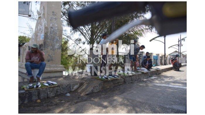 FOTO- FOTO: Pedagang Ikan Asongan Masih Berjualan di Jembatan Peunayong - pedagang-ikan3.jpg