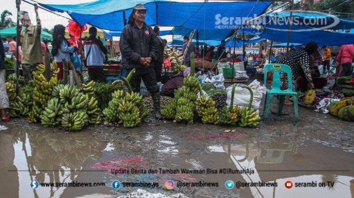 FOTO - Wajah Pasar Induk Lambaro Ketika Musim Hujan, Pedagang Berjualan Diantara Kubangan Lumpur - pedagang-menjajakan-dagangannya-di-antara-genangan-dan-lumpur.jpg