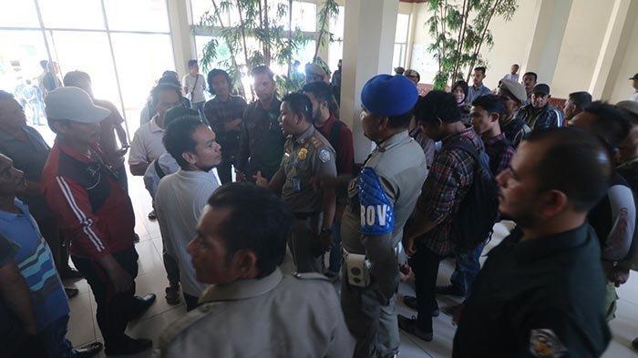BREAKING NEWS: Pedagang dan Mahasiswa Kembali Datangi Kantor Wali Kota Lhokseumawe